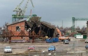 Trwa burzenie kolejnego postoczniowego budynku