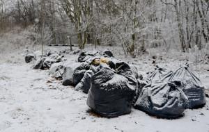Kilkaset worków z watą izolacyjną zaśmieciło Cypel Oksywski. Wojsko zaczęło sprzątanie