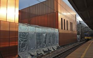 Miedziana ściana lśni przy stacji w Sopocie