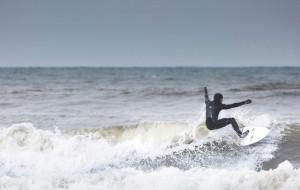 Surfowanie po Bałtyku zimą: fale do 3 metrów, woda 2 stopnie