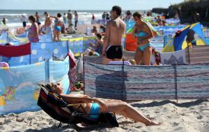 """Turyści robią """"prywatną plażę"""" z parawanów"""