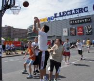 Zagraj w koszykówkę na parkingu