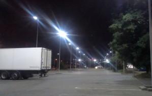 Parking pusty, więc po co go oświetlać?
