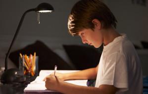 Jak oświetlić biurko w pokoju dziecka?