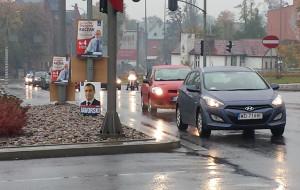 Plakaty wyborcze na skrzyżowaniu. Drogowcy: wiszą tam nielegalnie