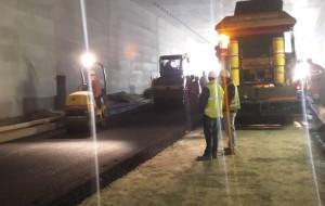 Pierwszy fragment asfaltu w tunelu pod Martwą Wisłą