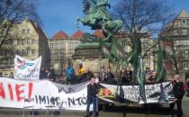 Krótka manifestacja przeciwko imigrantom w...