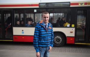 Kierowca zatrzymał autobus, by uratować rannego