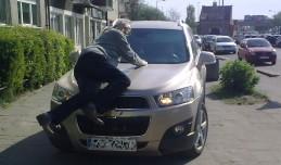 Usiadł na masce auta, bo jechało po chodniku