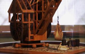 Tworzy modele dźwigów i statków