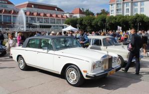 Zabytkowe samochody przy molo w Sopocie