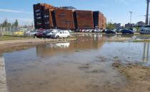 Gruz pod kołami aut na parkingu przy ECS