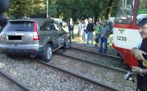 Tramwaj przeciągnął samochód po torach