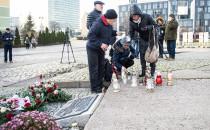 Mieszkańcy składają kwiaty pod Pomnikiem...