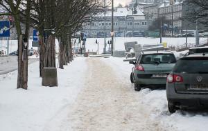 Chodniki po opadach śniegu czekają na odwilż