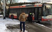 Autobusy ślizgają się na oblodzonej pętli...