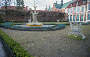 Rozpoczyna się naprawa zadeptanych trawników w parku Oliwskim