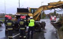 Wywróciła się ciężarówka z koparką