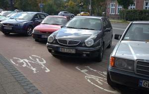 Samochody na ścieżkach rowerowych