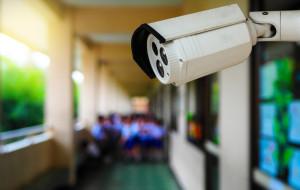 """""""Wielki brat"""" w trójmiejskich szkołach. Monitoring daje poczucie bezpieczeństwa, ale czy jest skuteczny?"""