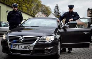 Policjanci pokazują nieoznakowane radiowozy