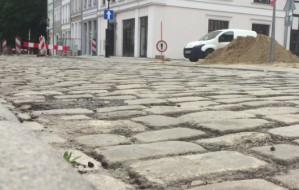 Odsłonili 100-letni bruk na ul. Św. Ducha