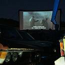 Kino na złomowisku z pełną widownią i świetnym klimatem