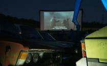 Kino na złomowisku z pełną widownią i...