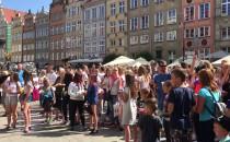 Kolorowy flash mob w centrum Gdańska -...