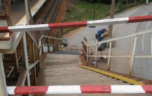 Gdynia: Wymieniają stopnie schodów na kładkę przy SKM Stocznia
