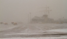 Śnieżyca zamknęła obwodnicę i lotnisko. Wieczorem pogoda sie poprawiła
