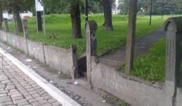 Podczas remontu drogi rozebrano zabytkowy płot cmentarza