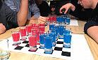 Grali w alkoholowe warcaby