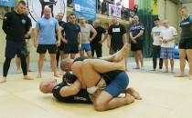 Mundurowi wprawiają się w sztukach walki....