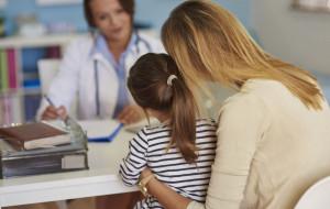 """Choroba na wyjeździe. Czy przychodnie mogą przyjmować tylko """"swoich"""" pacjentów?"""