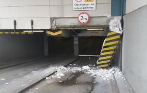 Dostawczak uszkodził wjazd na parking w centrum handlowym