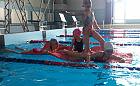 Czy zajęcia w basenie pomogą dziecku dobrze pływać w morzu?