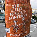 Plakaty dużej imprezy na drzewach we Wrzeszczu