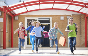 Jak zapewnić dziecku opiekę w wakacje?