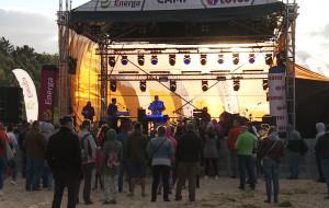 Koncert przy porywistym wietrze na plaży w Brzeźnie