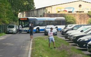 Babie Doły: auta przy plaży blokują miejskie autobusy