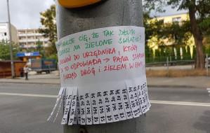 Nietypowe ogłoszenie na przejściu dla pieszych