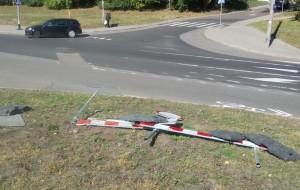 Znaki zalegające na trawniku przy ul. Małokackiej mają właściciela