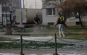 Kosili trawę na zaśnieżonym skwerze
