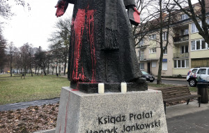 Pomnik ks. Henryka Jankowskiego oblany farbą