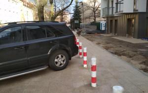 Wybudowali chodnik... głównie dla samochodów