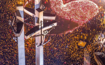 Ogniste serce z 27 tys. zniczy na placu...
