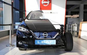 Przepołowiony Nissan Leaf w gdyńskim salonie