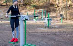 Aktywna babeczka. Zobacz, jak ćwiczyć w siłowni pod chmurką