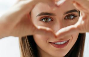 Bez cieni i zmarszczek. Jak prawidłowo pielęgnować skórę wokół oczu?